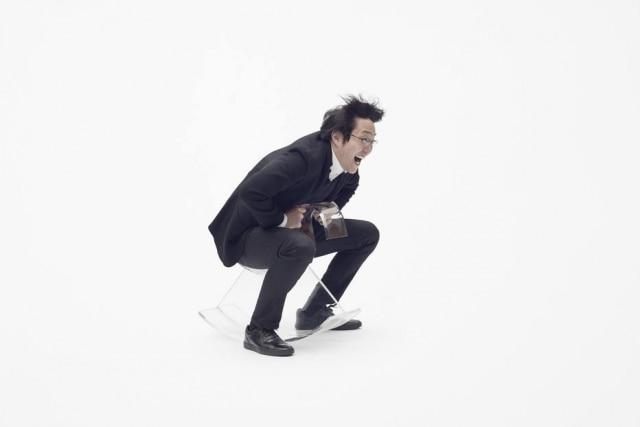 O designer Oki Sato, do estúdio Nendo, em seu cavalinho de acrílico feito para a marca italianaKartell