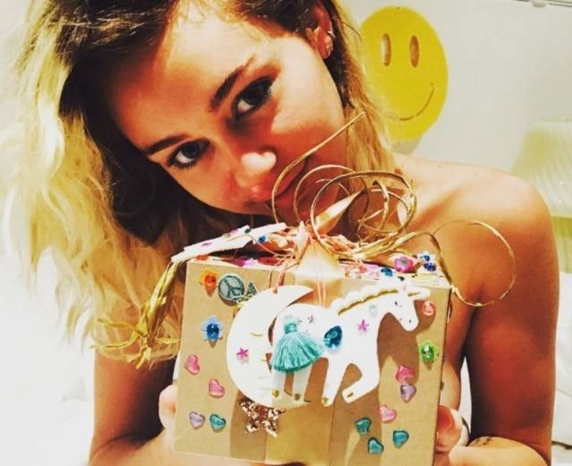 Miley Cyrus ganhou caixa decorada com unicórnio do namorado.