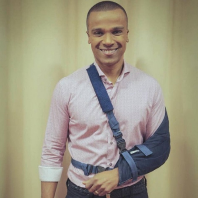 Alexandre Pires deslocou ombro após cair em escada rolante de aeroporto.