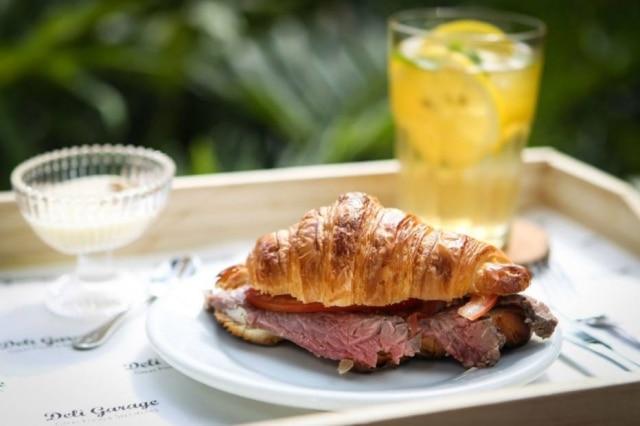 Sanduíche com croissant feito na casa