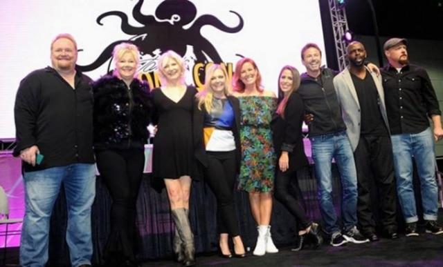 O elenco de'Sabrina, Aprendiz de Feiticeira' se reuniu em uma convenção em Los Angeles para comemorar os 21 anos da série