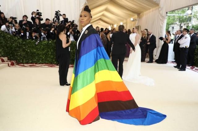 Lena Waithe usou uma capa em referência à bandeira LGBTQ+, assinada por Carolina Herrera