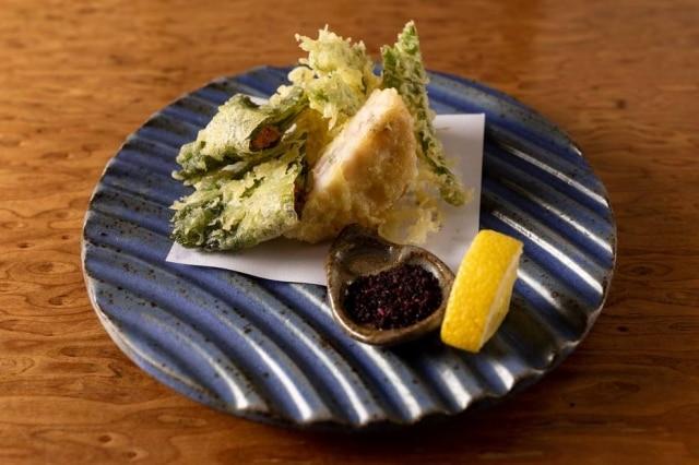Entre os pratos do menu especial o dueto de tempurá; folha de shisô com ouriço e cogumelo portobello e lula