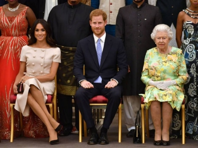 Meghan Markle, príncipe Harry e rainha Elizabeth II durante o evento Queen's Young Leaders.