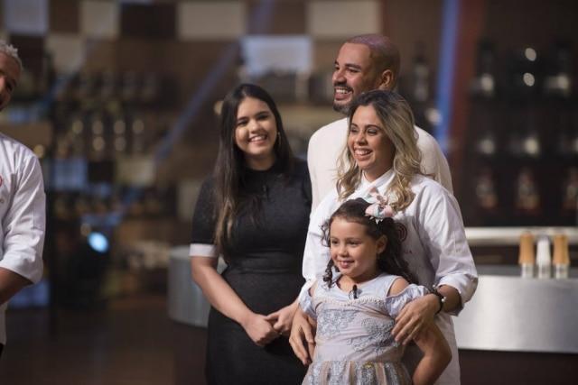A finalista da 6ª temporada do 'MasterChef Brasil' para amadores, Lorena, ao lado de sua prima, Rhavena, seu marido, Gustavo, e sua filha, Maria Luisa, na final do programa.