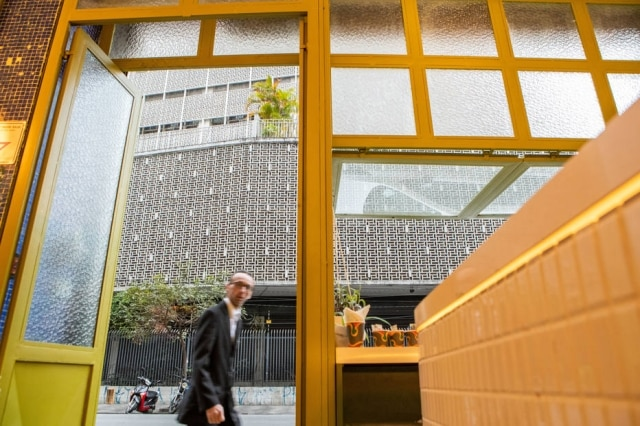 Vista da Rua Major Sertório de dentro do Coffee Stories.