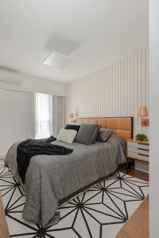Tapete estampado realça desenho do dormitório projetado por Juliana Muchon