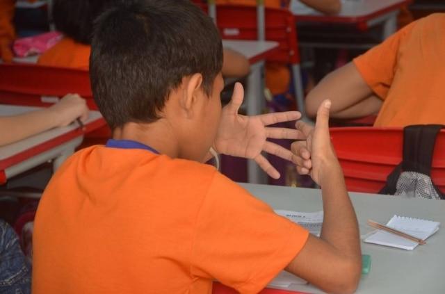Atriz da Malásia publicou foto de questão de prova aplicada em escola para questionar racismo e estereótipos.