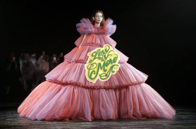 'Less is more' ('Menos é mais') traz a peça volumosa de tule criada por Viktor e Rolf