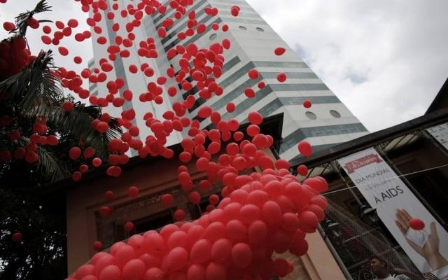 Em 2014, o Hospital Emilio Ribas, em São Paulo, marcou o dia 1º de dezembro com o lançamento de balões vermelhos.