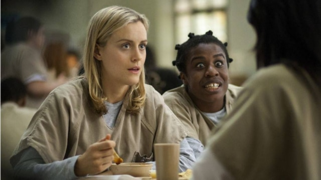 A atriz Taylor Schilling (loira) interpretando Piper em 'Orange Is The New Black'.