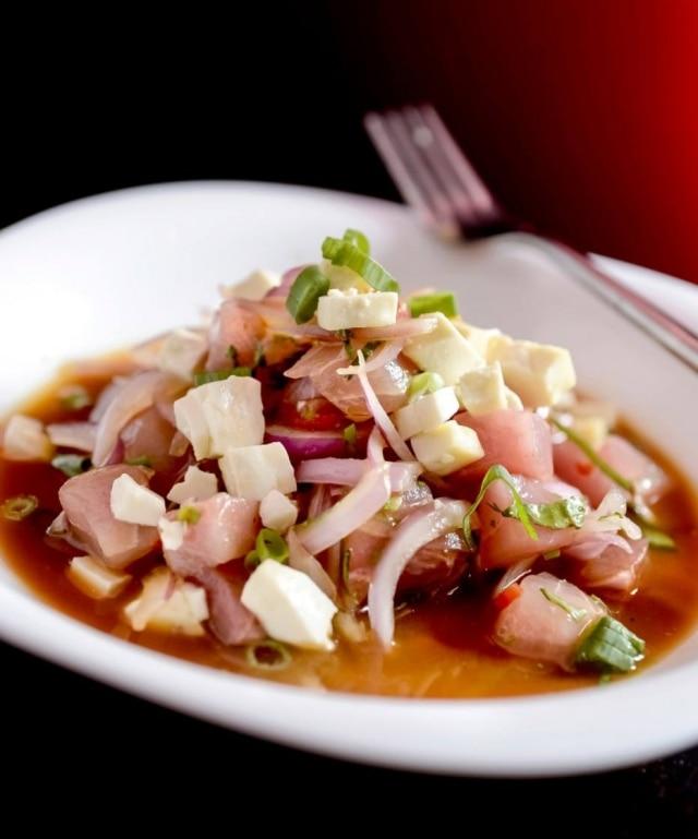 Para este ceviche, ospeixes mais indicados são o Olho de Boi e o Robalo, pelo sabor e pela textura firme da carne branca. Para temperar, queijo fresco, gengibre e missô.Veja a receita.