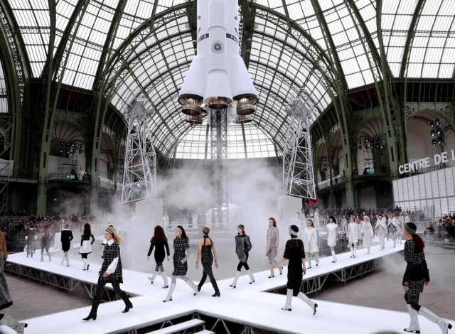 O futurismo da Chanel teve decoração especial.