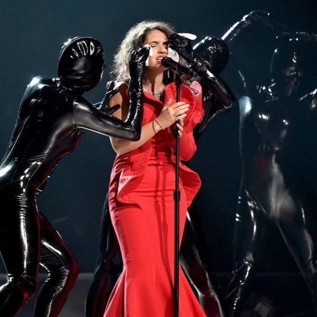 Alessia Cara tira a maquiagem durante o VMA 2017