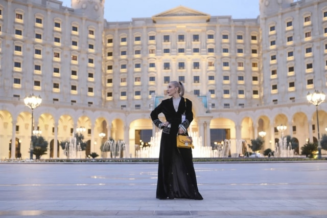 A blogueira Yassa, em frente ao hotel Ritz Carlton, em Riad, na Arábia Saudita. A primeira edição de uma semana de moda local é um dos mais novos exemplos das mudanças que ocorrem no país