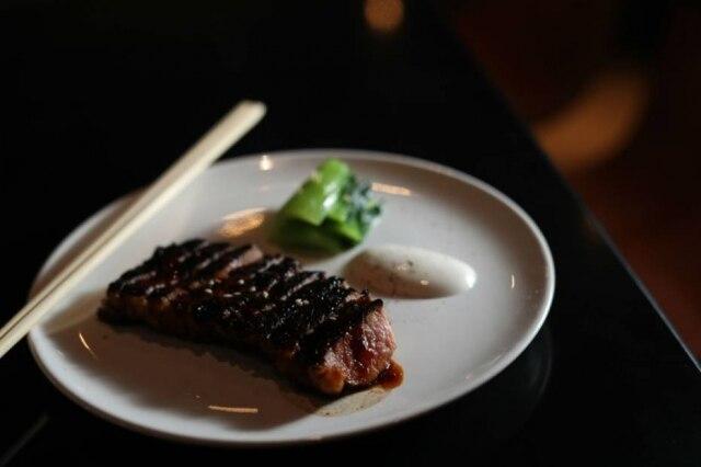 Para dividir. Kankoku steak, maminha glaceada, bok choi e maionese de alho