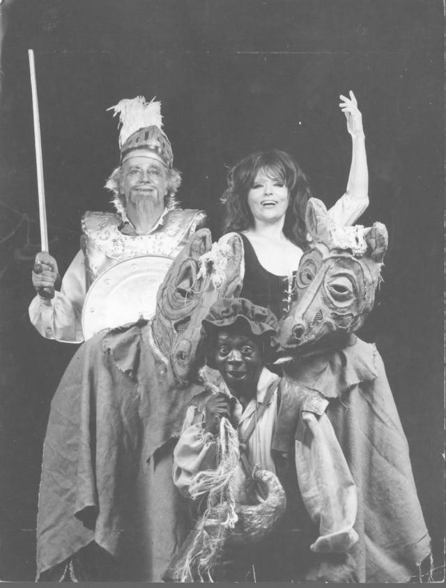 Grande Otelo ao lado de Bibi Ferreira e Paulo Autran em divulgação do musical 'O Homem de La Mancha', que inaugurou o Teatro Adolfo Bloch no Rio de Janeiro, em 1972.