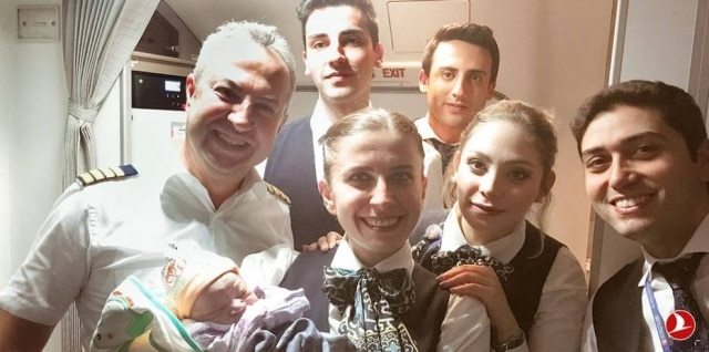 Tripulação daTurkishAirlines com o pequeno Bennel, que nasceu durante o voo.