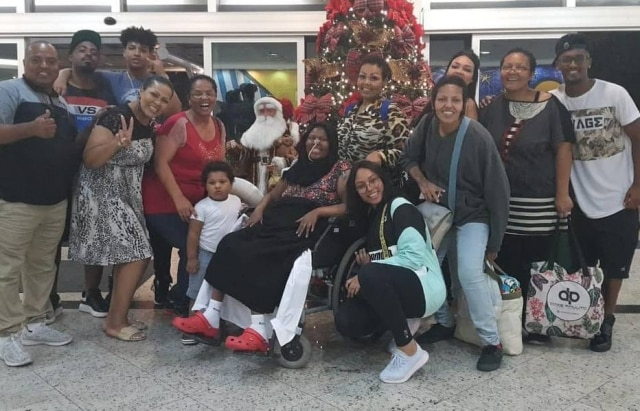 Deise Cipriano, doFat Family, ao lado de amigos e familiares no dia em que recebeu alta do hospital.