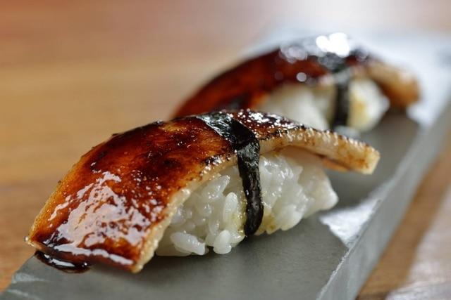 Sushi de papada de porco e tucupi preto.