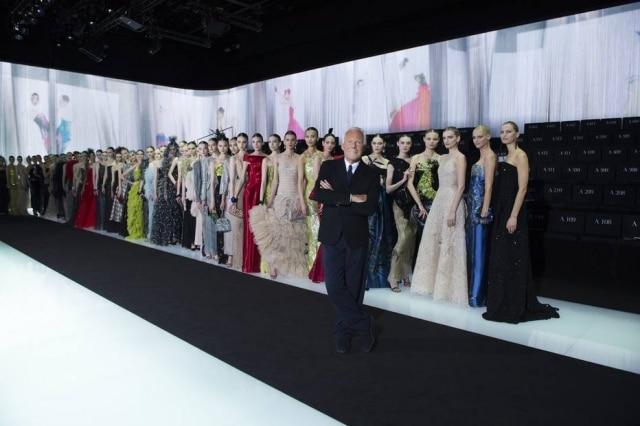 Fila de modelo posam ao lado do estilista após desfile/comemoração em Milão