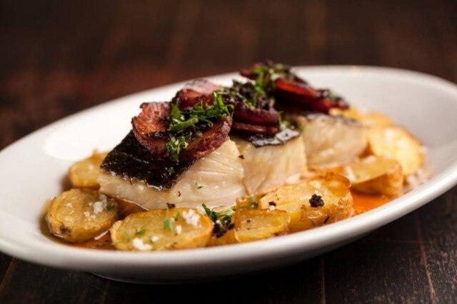 Bacalhau com pimentão e paio português.