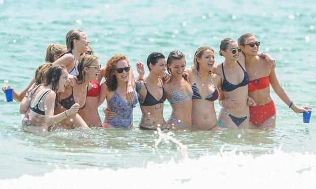 O esquadrão de amigas e amigos artistas de Taylor.