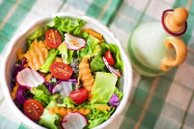 Vegetais podem ser colocados de molho em água e vinagre para reduziro excesso de agrotóxicos e matar bactérias.