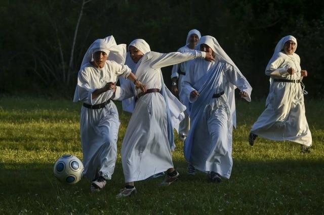 Congregação de freirasjoga uma partida de futebol em Cali, na Colômbia