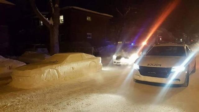 O canadense Simon Laprise esculpiu um carro na neve e enganou policiais achando que se tratava de um veículo de verdade