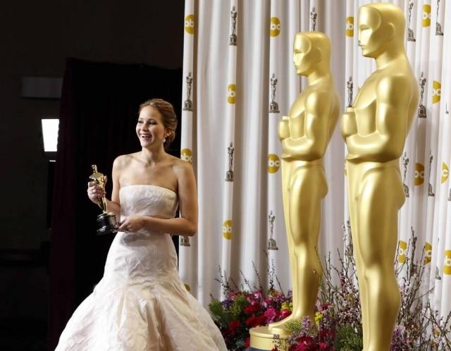 Se você tem vergonhade tropeçar na frente de todo mundo na escada do metrô, imagina como a Jennifer Lawrence se sentiu ao levar um tombo na cerimônia do Oscar. Ela usava um vestido longo e bufante e, quando foi subir ao palco para receber o prêmio de melhor atriz em 2013, caiu na escada. No discurso, ela brincou que a plateia só estava de pé porque se sentia mal pelo mico que ela pagou.Relembre o momento e assista ao discurso.