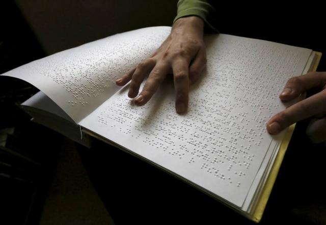 O braille é indispensável para alfabetização de cegos – mas sua presença ainda é pouca nas livrarias e bibliotecas, apesar da forte legislação.