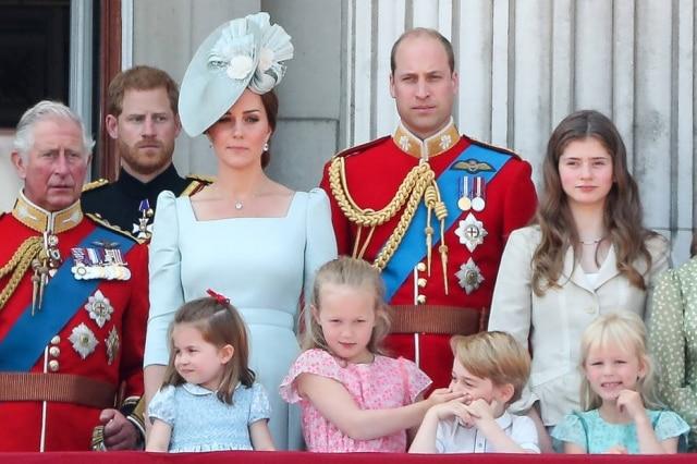 Savannah Phillips, bisneta mais velha da rainha Elizabeth, tapa a boca do Príncipe George durante execução do Hino Nacional Britânico.