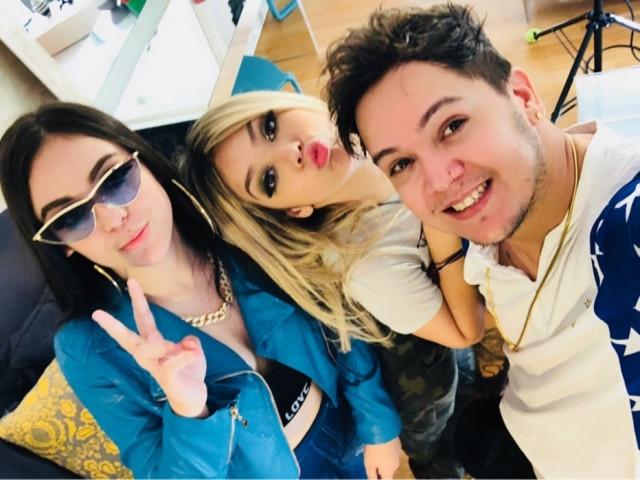 Mc Melody ao lado da irmã, Bella Angel, e do pai, Belinho.