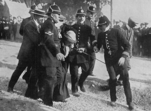 Policiaisprendemsufragistadurante protesto pelo direito feminino ao voto, Inglaterra, 1913.