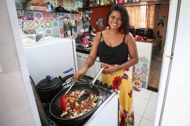 Aline Chermoula prepara prato sob encomenda da cozinha de sua casa.