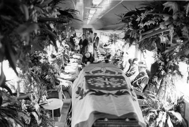 Os restos mortais de D. Pedro I são transportados para celebração dos 150 anos da Independência, 1972