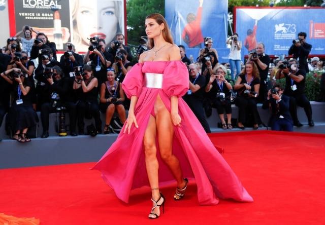 "A brasileria Dayane Mello usou vestido ousado na premiére do filme ""The Young Pope"", no festival de Veneza"