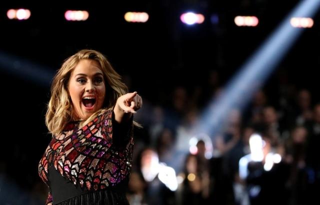 Adele ajudou homem a pedir seu namorado em casamento durante um show.