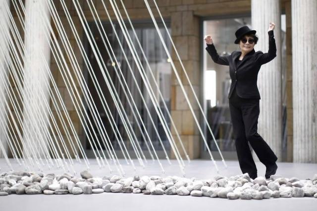 Yoko Ono costuma usar pedras em suas obras de arte.