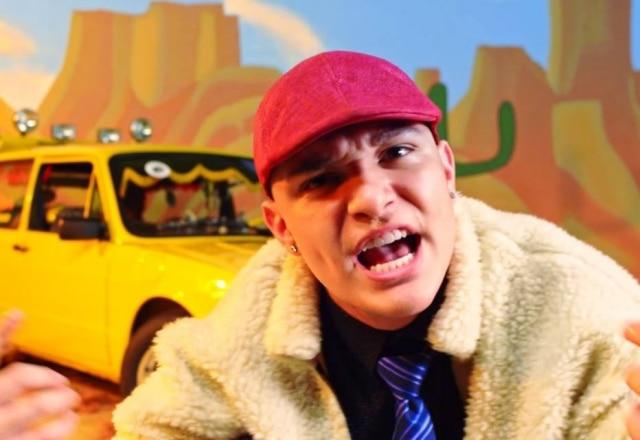 MC Gui em cena de clipe inspirado na música dos Mamonas Assassinas.
