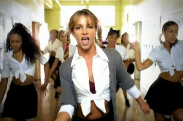 Cena do videoclipe '...Baby One More Time', de Britney Spears