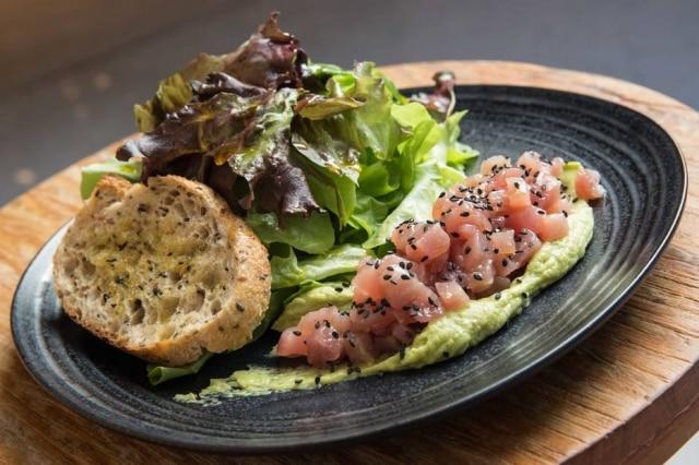 Tartare de atum com homus de avocado e salada do Greentable, no Itaim