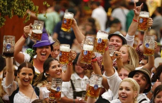Festa. Aproveite o clima da oktoberfest para provar uma boa cerveja da escola alemã