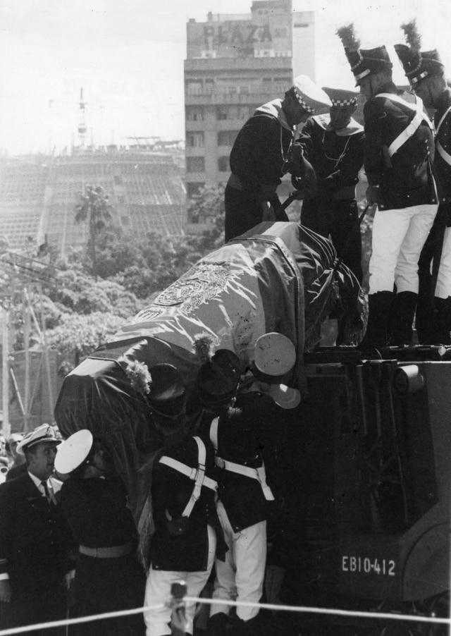Os restos mortais de D. Pedro I chegam ao Rio de Janeiro, RJ, 22/4/1972