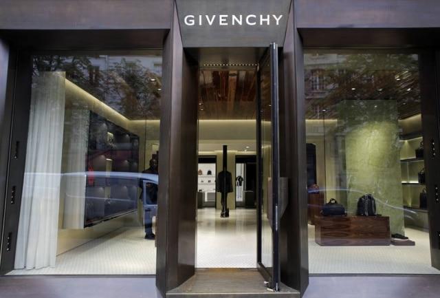 A Givenchy é uma das lojas especializadas em atender os homens descolados que frequentam a região do Marais, meca gay de Paris