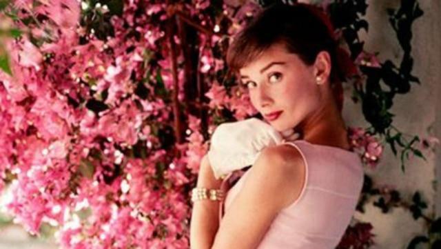 A atriz Audrey Hepburn, ícone de estilo, com vestido na cor rose quartz