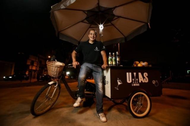 O sommelier de cachaças Leandro Batista e sua bike de caipirinhas Umas e Outras
