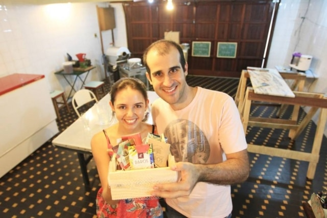 O casal de agrônomos Cesar e Vanessa transformaram a garagem em minifábrica de chocolate
