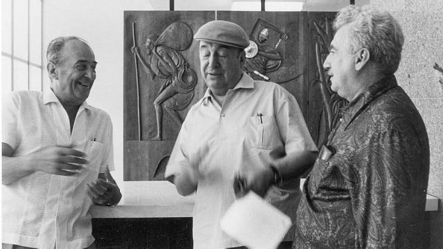 Na foto, o ilustrador Caribe, Pablo Neruda e Jorge Amado, na Bahia, em 1968.